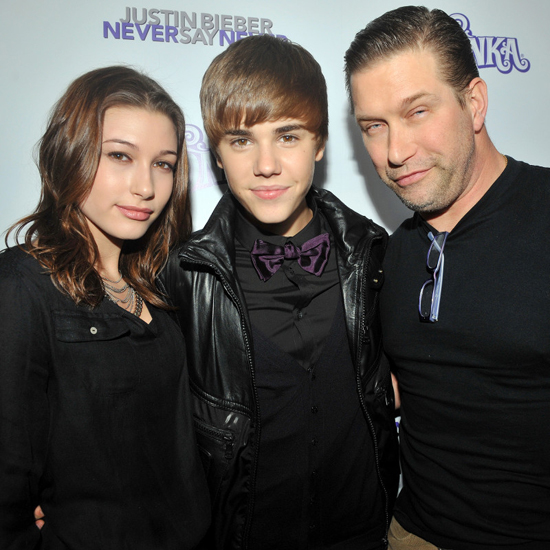 Hailey bên Justin và bố tại sự kiện năm 2010.