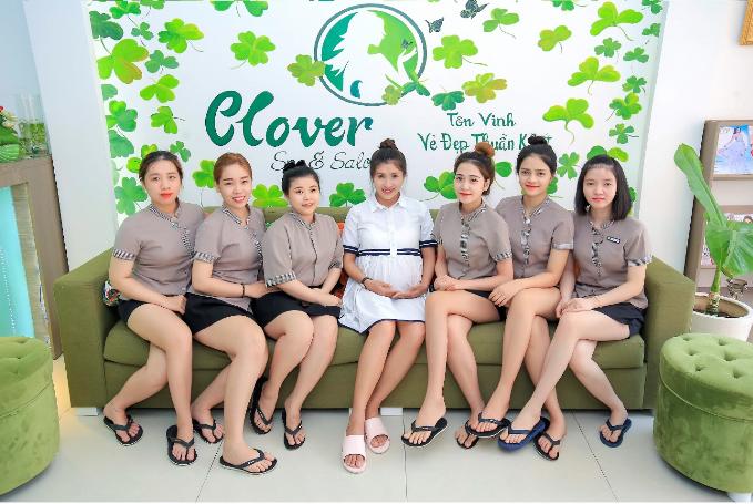 Nguyệt Ánh chụp hình lưu niệm cùng các nhân viên tại spa.