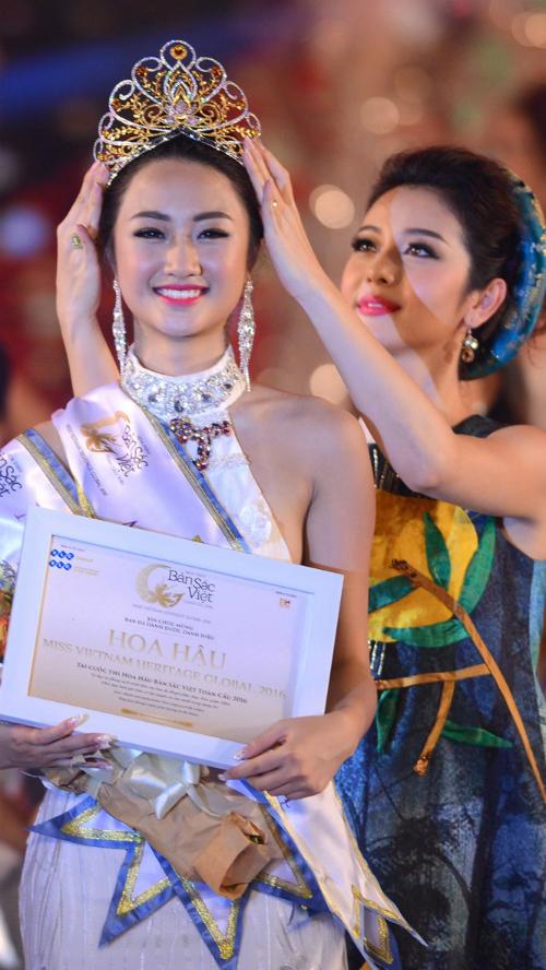 Hoa hậu Bản sắc Việt toàn cầu 2016 Thu Ngân được Hoa hậu Jennifer Phạm đội vương miện lúc đăng quang.