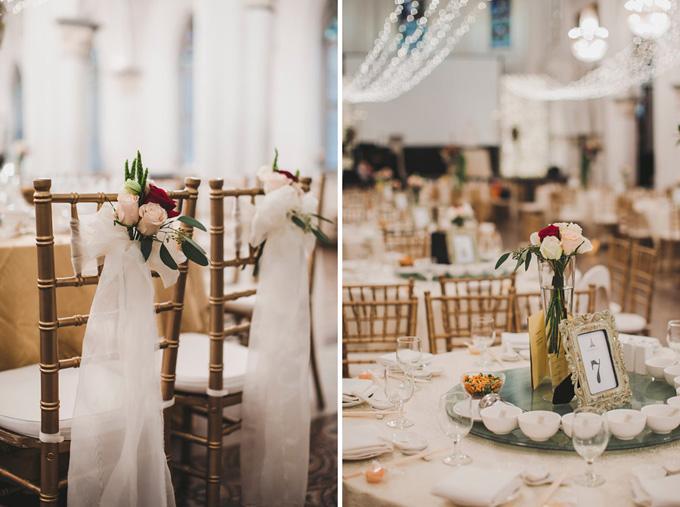 Những bàn tiệc đều được tô điểm bởi hoa hồng đỏ, trắng và hồng phớt. Ghế ngồi mang sắc vàng đồng và được thắt dải lụa trắng.