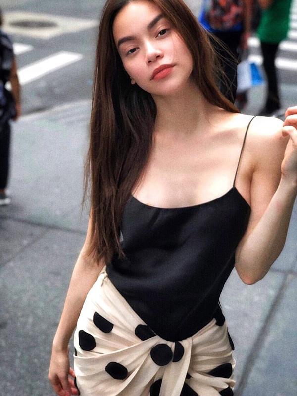 Không chỉ gây chú ý về trang phục biểu diễn, váy áo dạo phố của Hồ Ngọc Hà cũng thu hút người hâm mộ tại quê nhà.
