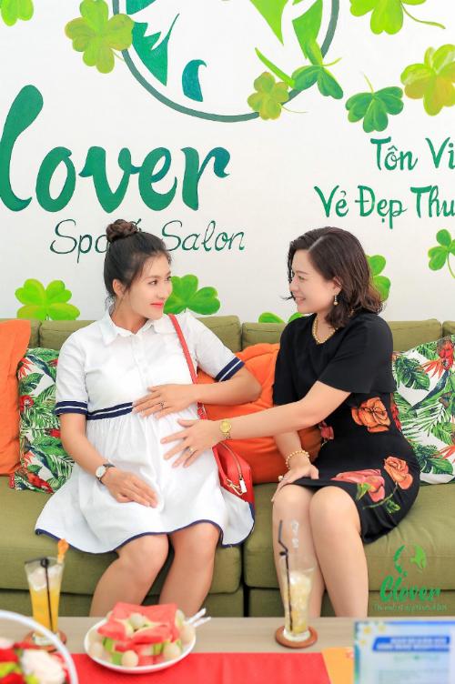 Chị Nguyễn Hoàng Thanh - Giám đốc Clover Spa thăm hỏi sức khỏe của diễn viên Nguyệt Ánh.