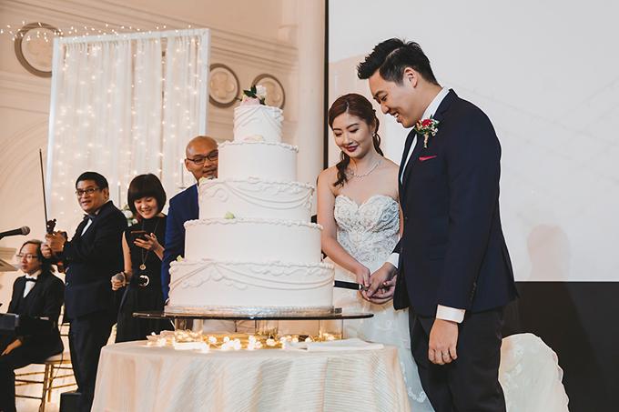 Bánh cưới 5 tầngcủa uyên ương là chiffon dứa dại, mang sắc trắng thuần khiết và được tô điểm bởi họa tiết trang trí đơn giản.
