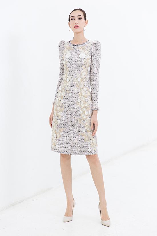 Bên cạnh chất liệu vải dệt kim sa, chạy chỉ thô nổi bật, nhiều mẫu váy còn được trang trí hoa thêu bắt mắt.
