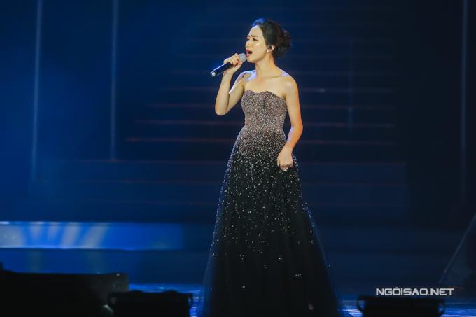 Hòa Minzy đầy cảm xúc với ca khúc Rời bỏ.