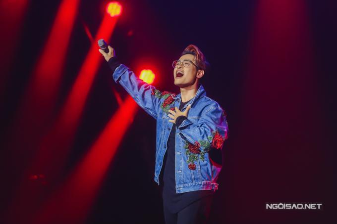 Hà Anh Tuấn chinh phục khán giả bằng chất giọng đầy cảm xúc khi hát Tháng 4 là lời nói dối của em.