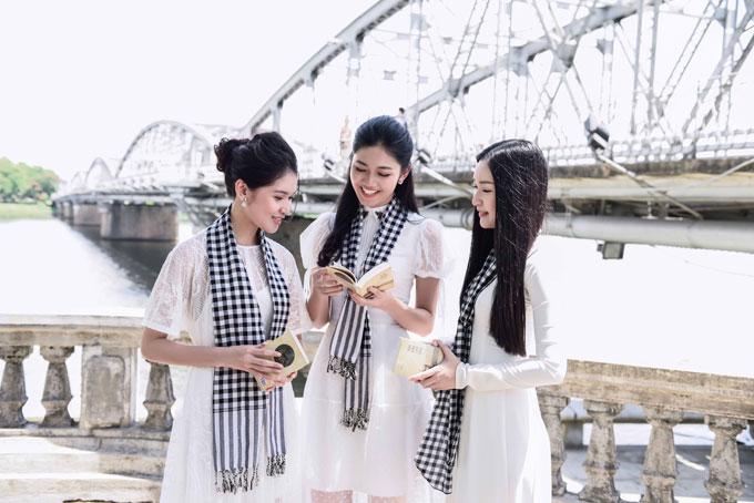 Nang tho xu Hue Ngoc Tran dien ao dai trang ky tang sach
