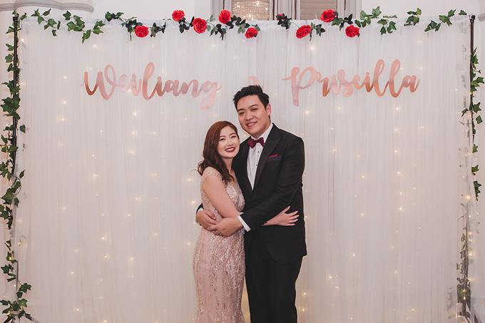 Background chụp ảnh theo phong cách tối giản được trang trí bởi dây leo,hoa hồng và đèn dây.