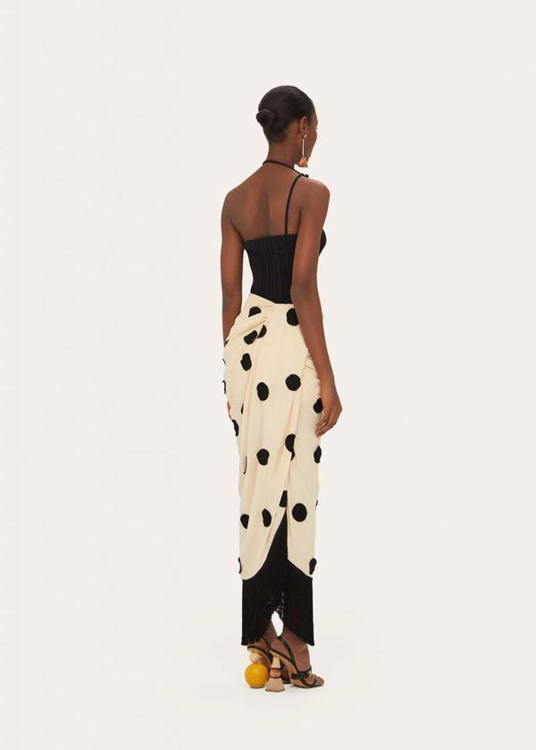 Kiểu váy chấm bi vạt xéo tựa nhưa khăn quấn Hồ Ngọc Hà sử dụng là sản phẩm vừa được trình làng của nhà mốt Jacquemus.