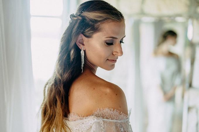 Tóc tết cao và uốn xoăn nhẹ: Tóc xoăn được nhiều đàn ông lựa chọn là kiểu tóc quyến rũ nhất hành tinh. Cô dâu có thể tết những lọn tóc nhỏ và buộc phía sau để gợi cảm giác dịu dàng, nữ tính. Đồng thời, bạn nên dùng phụ kiện như hoa tai dài để thêm nổi bật vào ngày cưới.