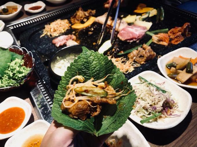 Thịt được kết hợp cùng những món panchan sẽ khiến hương vị thêm đậm đà, cuốn hút.