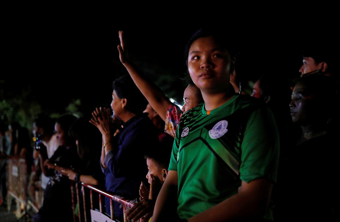 Người Thái Lan mở tiệc mừng xuyên đêm sau khi đội bóng nhí được cứu - 4