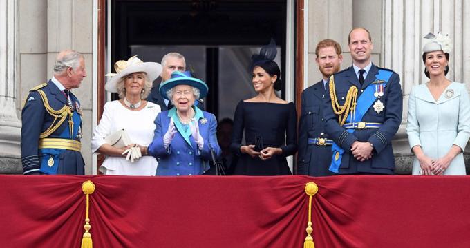 Sau khi lên ban công Điện Buckingham để xem màn biểu diễn của không lực hoàng gia, Meghan đứng gần chính giữa, ngay cạnh Nữ hoàng. Kate chọn đứng bên phía cánh ngoài.