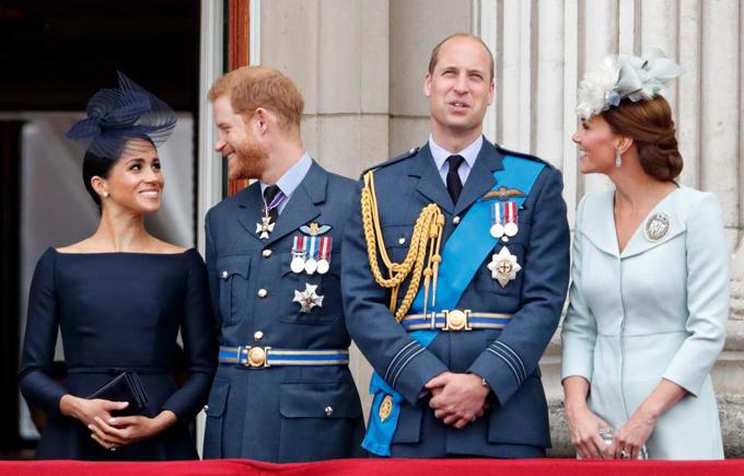 Trong lần thứ hai được sánh đôi trên ban công Điện Buckingham, Meghan và Harry lại tiếp tục nhìn nhau đắm đuối, ánh mắt ngập tràn hạnh phúc.