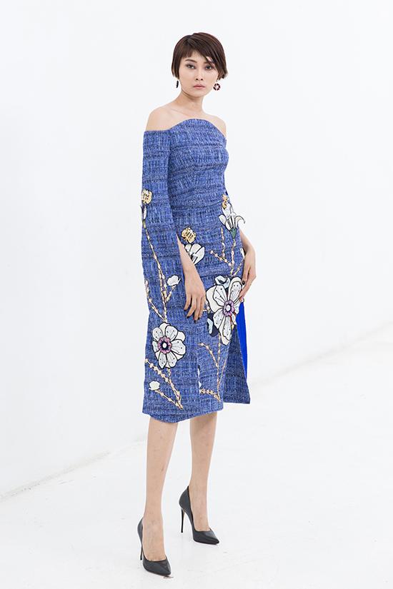 Họa tiết đậm chất nữ tính được thể hiện sống động trên từng mẫu váy với mong muốn mang tới sự mới mẻ cho trang phục công sở.
