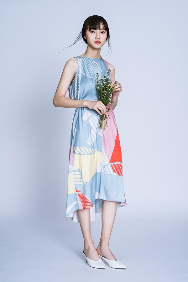 Trang phục này phù hợp với những buổi dạo phố, đi du lịch bởi màu sắc sống động cùng phom dáng tôn nét dịu dàng.