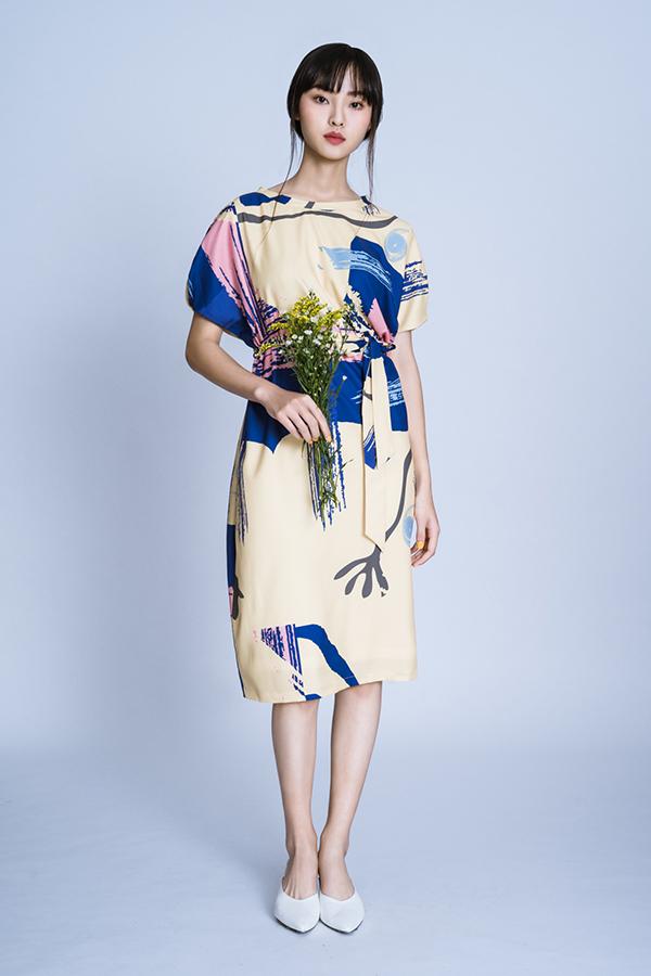 Bộ ảnh được thực hiện với sự hỗ trợ của nhiếp ảnh Frank Truong, người mẫu Lê Nguyễn, trang điểm và làm tócXi Quan Lê.