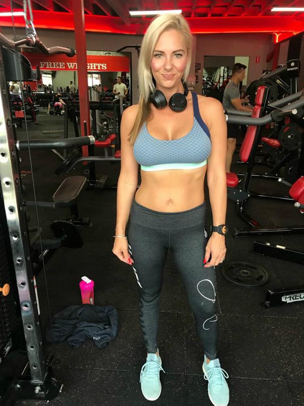 Justine chủ yếu kết hợp tập cardio cùng các bài tập tạ.