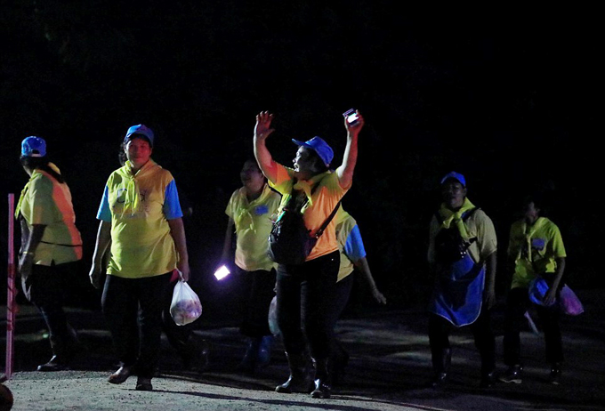 Người dân ở Chiang Rai, thành phố gần hang Tham Luang nhất đang đổ ra đường để ăn mừng thành công của chiến dịch giải cứu 12 cậu bé và huấn luyện viên bị mắc kẹt.