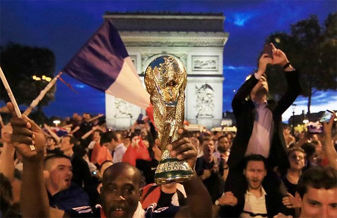 CĐV Pháp tràn đầy tin tưởng đội nhà sẽ giành Cup vàng, như họ từng làm được cách đây 20 năm. Trận chung kết World Cup 2018 sẽ diễn ra vào lúc 22h ngày 15/6, theo giờ Việt Nam.