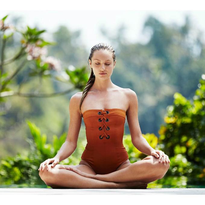 Candice thường ngồi thiền để giải tỏa stress, cân bằng cuộc sống.