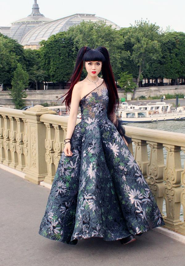 Jessica Minh Anh mới đây đã ký hợp đồng với nhà sản xuất phim Mỹ từng đoạt giải Emmy để cho ra đời một serietruyền hình ghi lại các chuyến đi vòng quanh thế giới của cô và các khoảnh khắc thời trang ấn tượng.