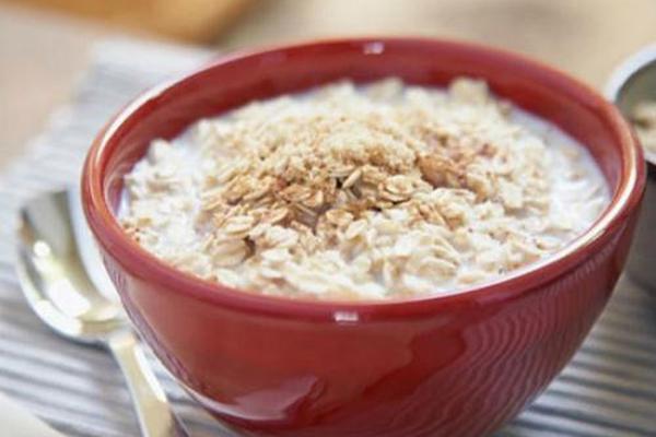 Yến mạch Yến mạch là một trong những thực phẩm được ưu tiên hàng đầu trong thực đơn giảm cân. Cũng là ngũ cốc nhưng yến mạch không chứa nhiều bột đường mà chứa rất nhiều các chất xơ hòa tan với hàm lượng protein cao cùng các khoáng chất cần thiết cho cơ thể, giúp bạn có đủ năng lượng cho cả một ngày làm việc. Yến mạch có thể ăn cùng sữa tách béo, sữa chua Hy Lạp hoặc dùng để nấu cháo.