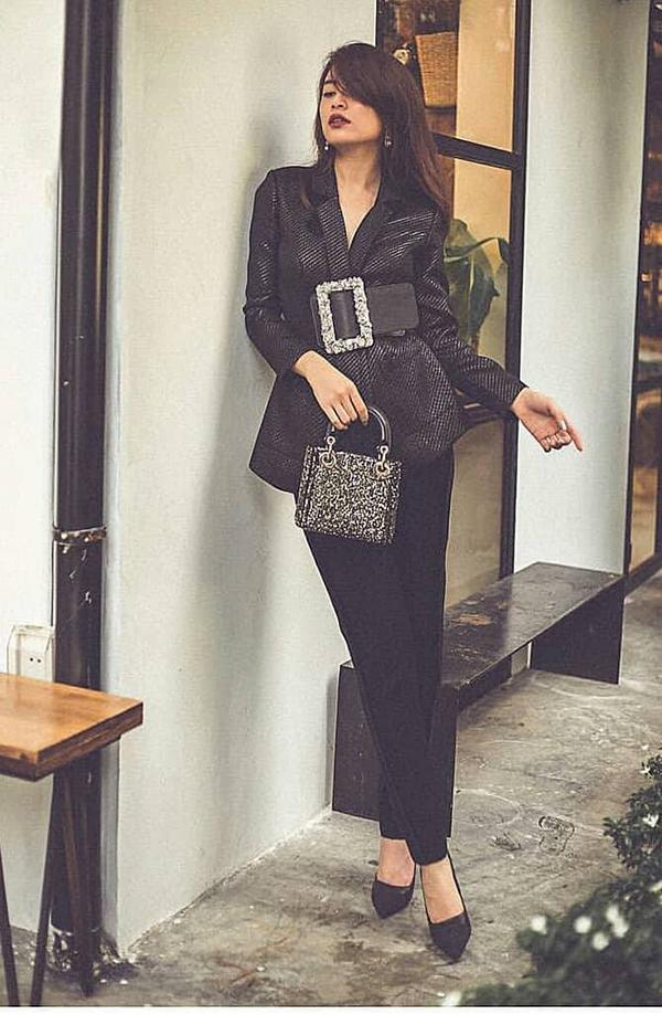 Hoàng Thuỳ Linh khiến set đồ của mình bắt mắt hơn nhờ cách chọn dây dưng bản lớn. Phụ kiện đi kèm cũng được phối hợp ăn ý gồm túi Dior ánh kim và giầy mũi nhọn.