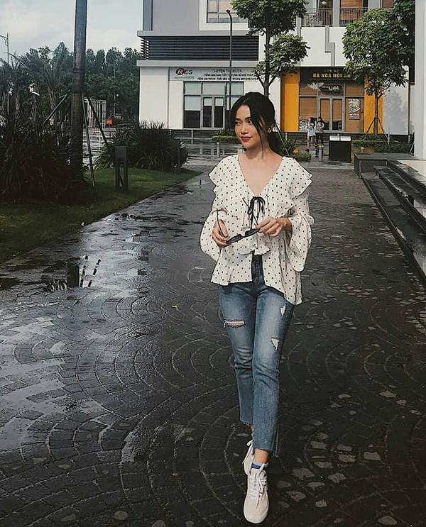 Những kiểu quần jeans ống lửng, jeans xé gấu là trang phục yêu thích sử dụng trong ngày mưa. Sĩ Thanh năng động với áo tay loe đi cùng quần hợp mùa.