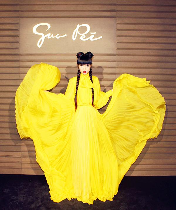 Cô cũng diện chiếc váy vàng bay bổng tới tham dự show Guo Pei.