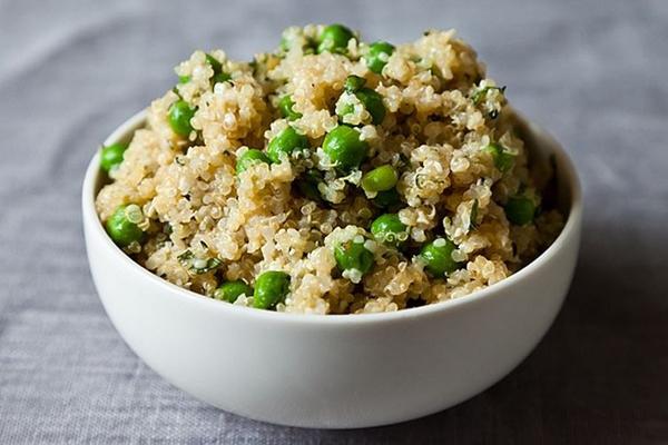 Hạt quinoaHạt quinoa không phổ biến ở Việt Nam nhưng rất được ưa chuộng tại phương Tây. Đây là thực phẩm duy nhất có khả năng cân bằng được các chất như protein, đường... nhưng lại không chứa gluten (một loại protein gây khó tiêu). Hạt quinoa chứa khoảng 15% protein, giàu chất xơ hòa tan, cung cấp nhiều chất dinh dưỡng quan trọng cho sức khỏe như sắt, canxi, vitamin B,E, các axitamin thiết yếu.
