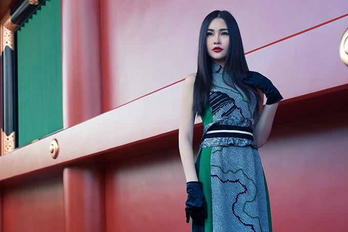 Lê Âu Ngân diện áo dài cách tân khoe dáng tại Nhật Bản