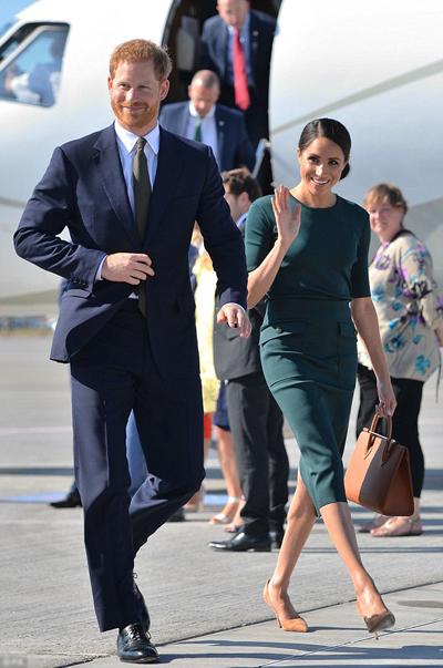 Vợ chồng Meghan đi máy bay cùng các phụ tá đến Dublin. Ảnh: PA.