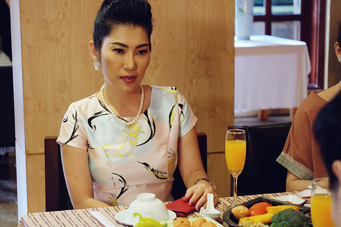 Ms. Doan, mother-in-law of Mai Hoa, is played by Kim Phuong.  She married Mai Hoa to make her try to get married before being accepted as a true daughter in law.  From the day of his departure, Mai Hoa had to experience the life of his mother-in-law.