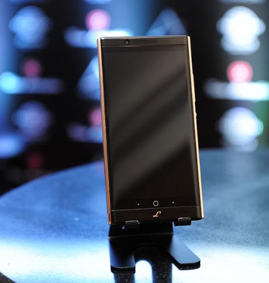 Máy chạy hệ điều hành Android 7.0 Nougat với khe cắm hai SIM. Dung lượng pin 3.250 mAh hỗ trợ công nghệ sạc nhanh với cổng USB-C. Cảm biến vân tay đặt ở mặt lưng.