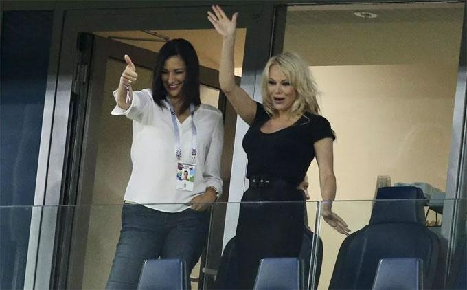Bom sex Pamela Anderson đến sân cổ vũ bạn trai tuyển thủ Pháp