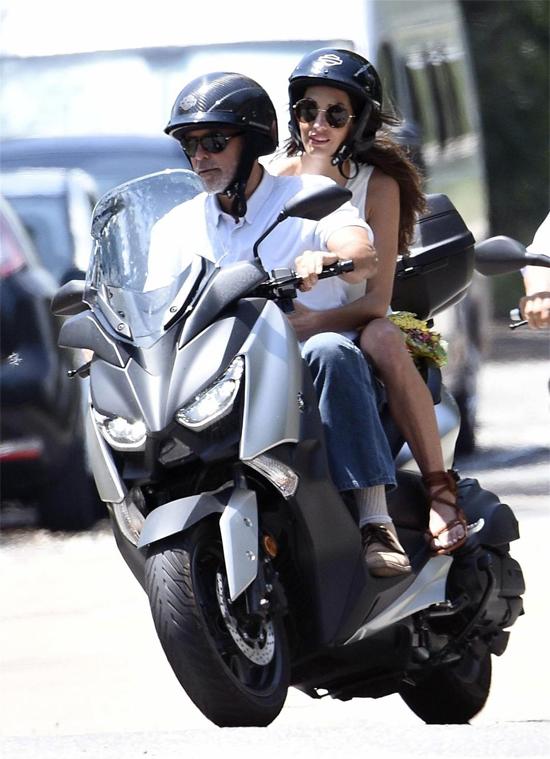 George và vợ được trông thấy lái chiếc xe tay ga này ở Italy vào tháng trước.