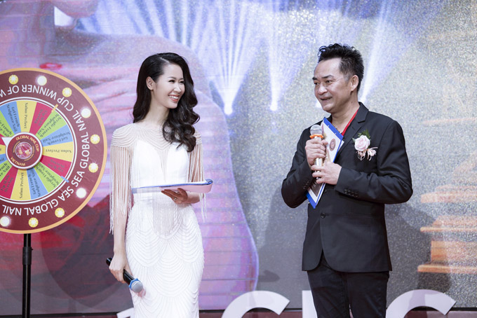 Với khả năng ngoại ngữ tốt, cô dẫn dắt sự kiện bằng cả tiếng Anh và tiếng Việt.