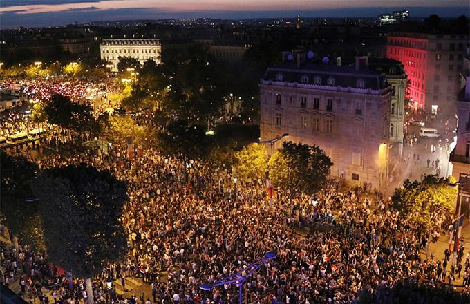 Đêm 10/7, hàng chục ngàn CĐV đổ ra đường ở thủ đô Paris sau khi đội tuyển Pháp đánh bại Bỉ với tỷ số 1-0 ở trận bán kết World Cup 2018. Với chiến thắng này, Những chú gà trống Gaulois sẽ gặp Anh hoặc Croatia ở trận chung kết.