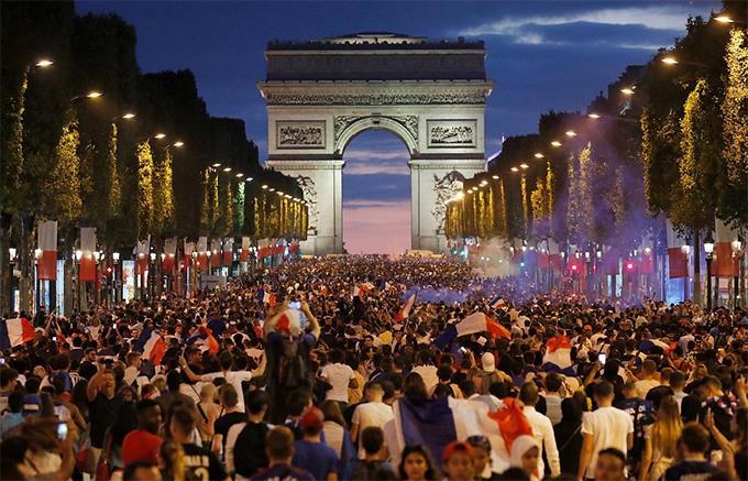 CĐV Pháp lấp kín Đại lộ Champs Elysees mừng chiến thắng của đội nhà.