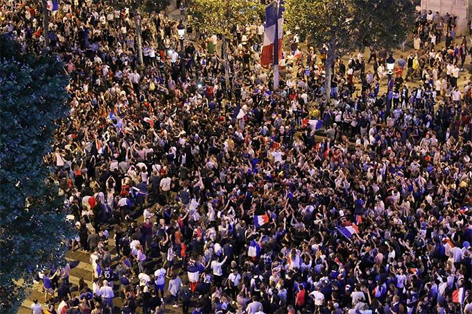 Biển người với cờ Pháp trên lưng. Sau 12 năm kể từ thất bại trước Italy trên đất Đức năm 2006, tuyển Pháp lại có mặt ở một trận chung kết World Cup.