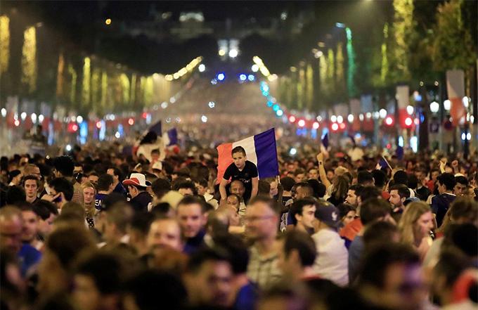 Tuyển Pháp trải qua trận đấu không hề dễ dàng trước đội tuyển Bỉ sở hữu lực lượng mạnh với nhiều ngôi sao. Bàn thắng duy nhất của trận đấu được ghi do công của trung vệ Umtiti.