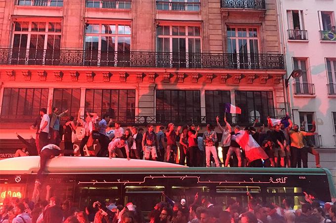 CĐV trèo lên nóc xe bus để ăn mừng.
