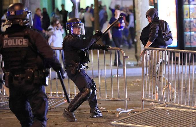 Cảnh sát ở Paris có một đêm hoạt động vất vả để kiềm chế sự quá khích của các CĐV.
