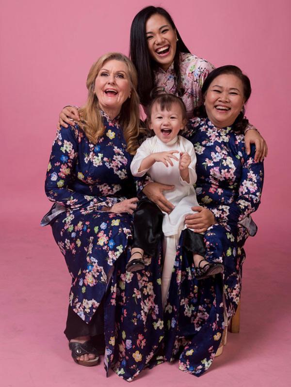 Phương Vy tiết lộ cô xem mẹ chồng Tây như mẹ ruột. Nữ ca sĩ hạnh phúc vì có hai người mẹ hết lòng yêu thương cô.
