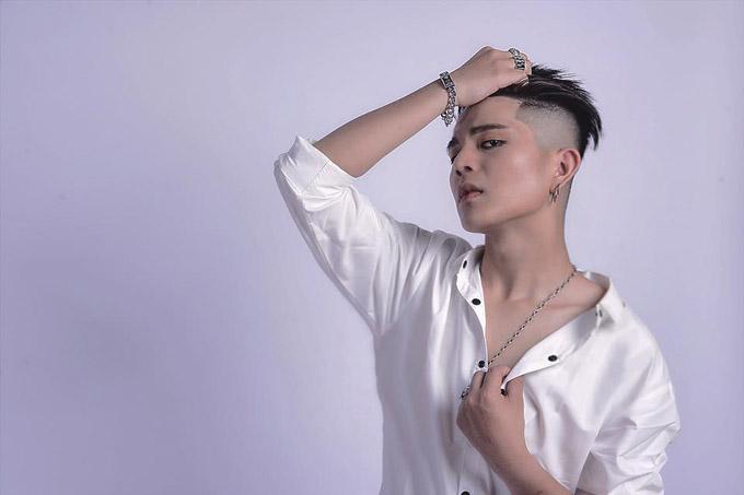 Trên trang cá nhân, Quang Anh The Voice Kids chia sẻ một số hình ảnh mới thực hiện khiến không ít khán giả bất ngờ. Giọng ca nhí người Thanh Hóa đã trở thành chàng thanh niên cao lớn, có phong cách ăn mặc sành điệu.