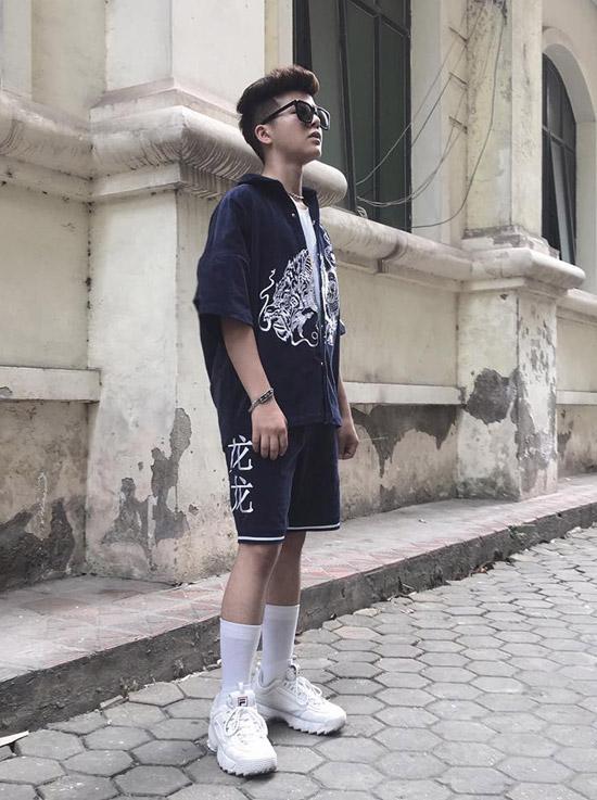 Phong cách thời trangcủa nam ca sĩ cũng rất thời thượng với giày hiệu.