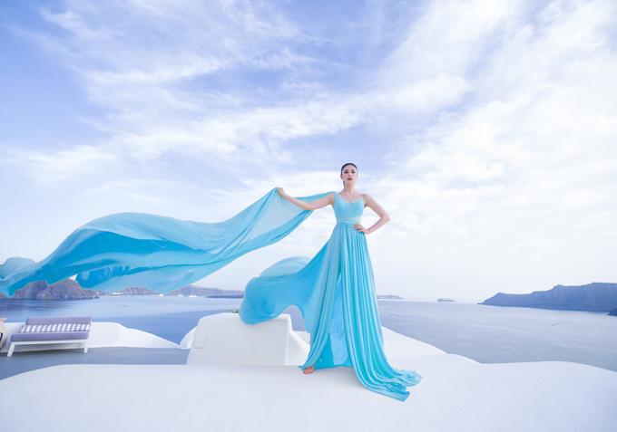 Hoa hau Hoan vu Riyo Mori khoe duong cong o Santorini