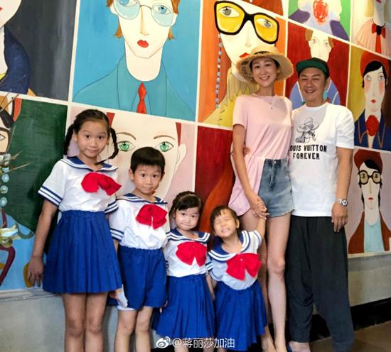 Bốn con của vợ chồng Lệ Toa - Hạo Dân mặc trang phục thủy thủ mặt trăng, xếp hàng theo thứ tự từ lớn tới nhỏ, trông rất đáng yêu.