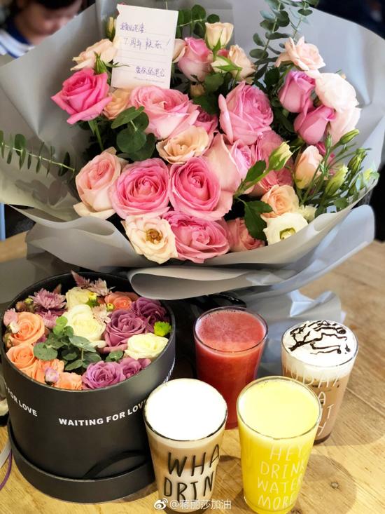 Dù bận bịu con cái, công việc, Trần Hạo Dân không quên dành cho vợ bó hoa thay lời cảm ơn sau 7 năm chung sống.